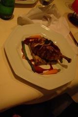 jambonette de pato, acompanhada de redução de cítrico, palet de batata e legumes