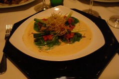 ravioli verde de linguado, acompanhado de fondue de alho-porró, pimenta verde e bottarga