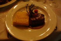 filet mignon ao glacê de vinho tinto com gratin de batatas, aspargos e tomate confit