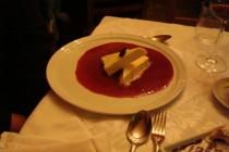 parfait de chocolate branco com calda de frutas vermelhas